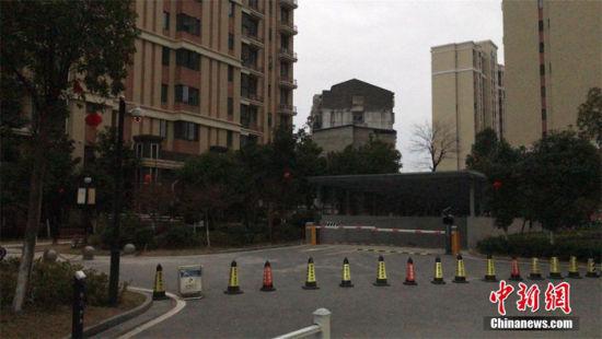 2月1日下午,黄冈黄州区一小区采取交通管控措施。李大成 摄