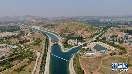 这是南水北调中线西黑山枢纽——南水从这里一分为二流往北京和天津(5月25日摄,无人机照片)。新华社记者 刘诗平 摄