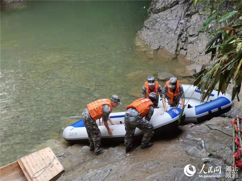 民兵应急分队队员架设皮划艇民兵应急分队队员架设皮划艇