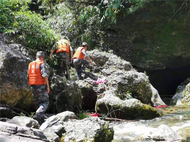 民兵应急分队队员正在搜救民兵应急分队队员正在搜救