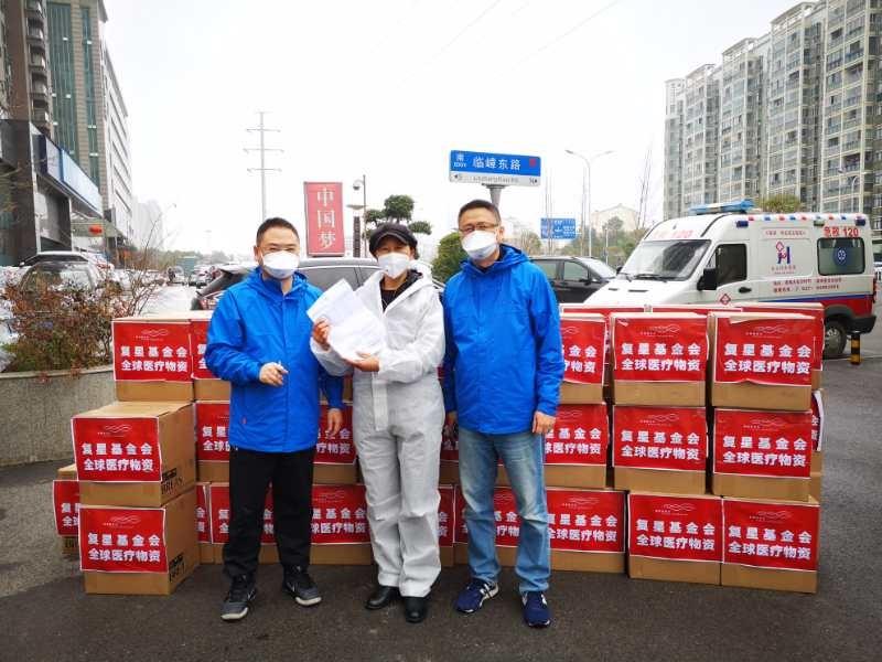 谢琳(中)负责运送物资到武汉。本文图片均为受访者供图