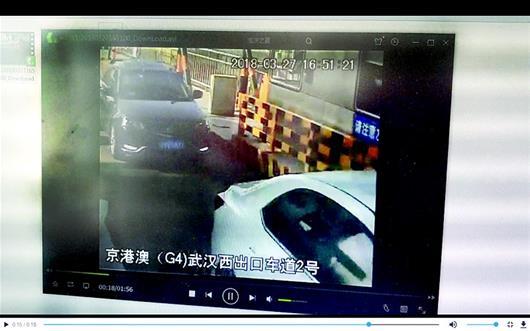 图为后车紧跟前车通过高速ETC通道,就是为了逃费(视频截图)