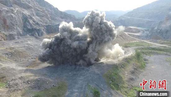 随着一声巨响,航空弹被安全引爆销毁。安陆警方供图