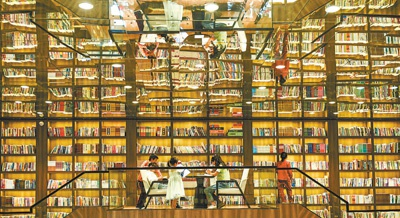 10月2日,湖南省永州市江永县桃花源图书馆,读者在阅读。   蒋克青摄(人民视觉)