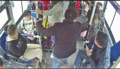 男子按住女孩,不让她从座位上起身(视频截图)