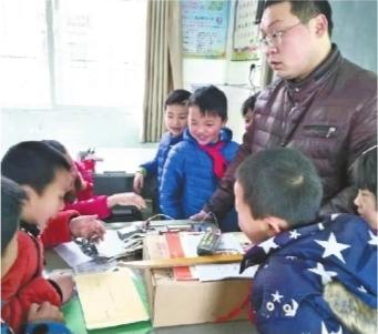 """这所乡村小学有位""""大魔术师"""" 耗费三月DIY机器人"""
