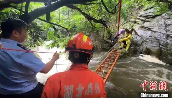 图为武汉消防架梯开展救援 武汉市消防救援支队供图
