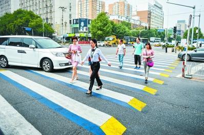 武汉交警首次拦截不礼让斑马线司机 处罚教育200余人