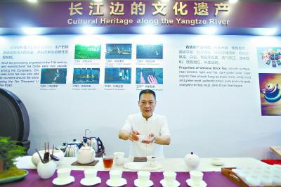 赵李桥非物质文化遗产传人今日将为外国使节介绍砖茶 长江日报特派记者胡九思 摄