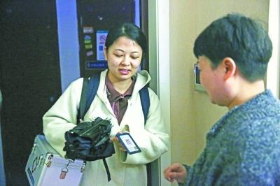 肖月平上门为患者提供护理服务