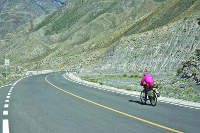 在路上,黄帮帼大部分时间就是这样奋力向前骑