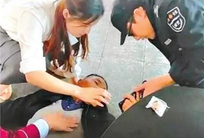 老人轻轨站台晕倒 最美姐弟挺身救人-天津热点网