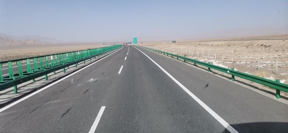 谢琳驾车奔向新疆援助。