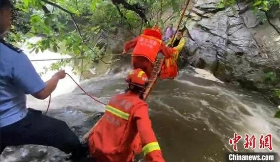 图为武汉消防营救被困人员 武汉市消防救援支队供图