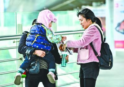昨日,轨道交通1号线竹叶海站附近,不少市民穿上了厚厚的冬装 记者李永刚 摄