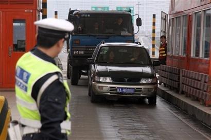 男子遇民警检查主动交代车内藏刀 意图掩盖吸毒罪行