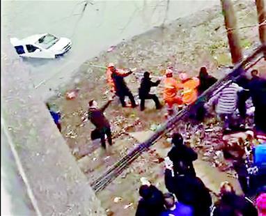 图为:杜淼下到河中,和岸上人员一起施救(视频截图)