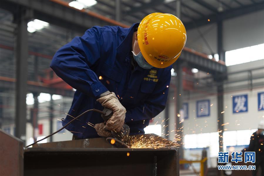 3月23日,在汉江重工有限公司生产车间,工人在进行生产作业。 新华社发(谢剑飞摄)