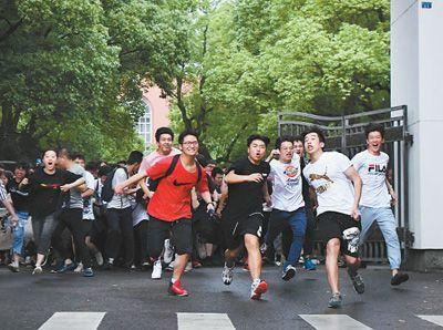 6月8日,高考结束后,考生冲出湖南省长沙市第一中学考点。当日,全国部分地区2019年高考结束。新华社记者 薛宇舸摄