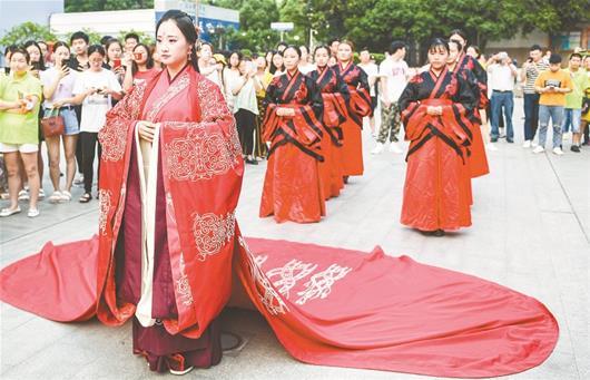 """图为:学生身穿汉服表演一场名为""""和礼""""的中式婚礼"""