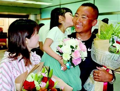 图为家人到机场迎接叶晓聪凯旋