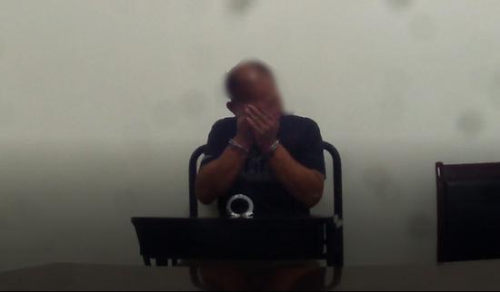 李某得知自己将被拘留后掩面哭泣起来 本文图均为 武铁公安供图