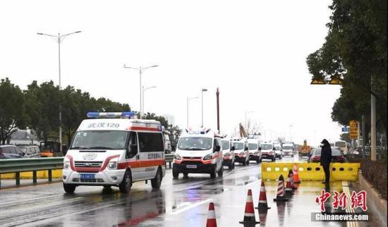 2月10日,武汉市红十字会医院的患者转运至火神山医院治疗。安源 摄