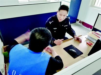 图为:民警与在押人员谈心