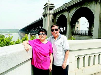 新婚曾拍照留念 西安夫妇57年后再与长江大桥合影