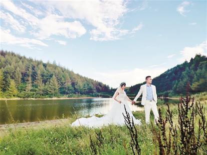图为:钟亮和未婚妻龙婧拍摄婚纱照