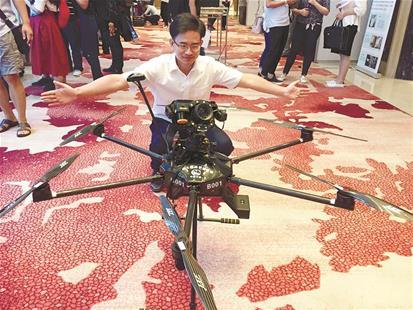 图为:工作人员展示新型无人机,该机可3米远仰拍一根头发丝细的裂纹