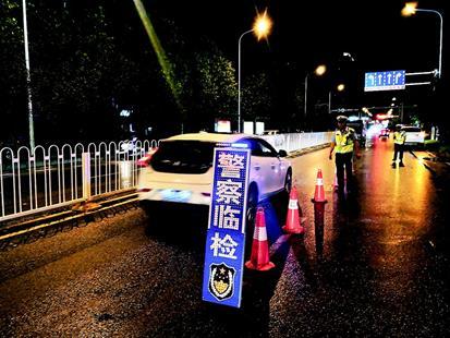 图为:江城警察夜查酒驾。(视界网张鹏郭文摄)