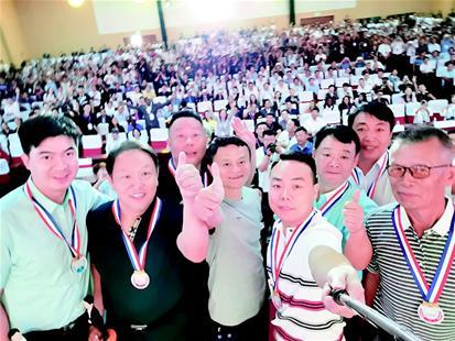 """图为:蒋家明在中国淘宝村""""十年十人""""杰出人物颁奖会上拿自拍杆与马云合影。(图片由受访者提供)"""