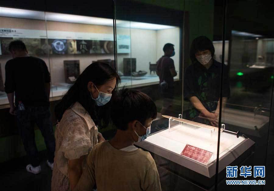 6月14日,参观者在湖北省博物馆观看展出的越王勾践剑。新华社记者肖艺九摄