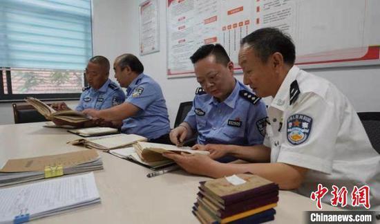图为武昌公安民警找出20多年前的笔记分析案情 孙逊 摄