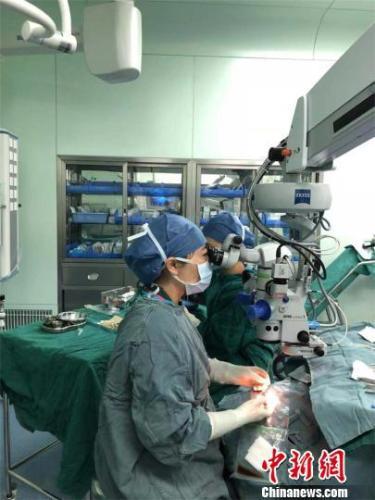 角膜移植手术 刘瑜 摄