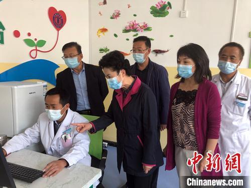 全国政协委员、农工党宁夏区委会主委戴秀英(前排左二)。 戴秀英 摄