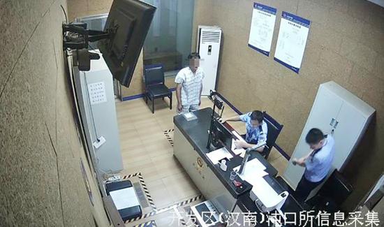 图为刘某(左)投案自首