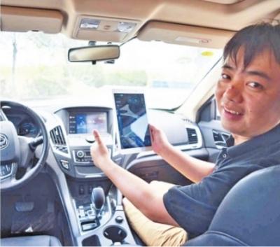 环宇智行由武汉大学教授李明创立,图为李明展示乘用车自动驾驶 记者郭良朔 摄