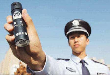 男子酒驾武力对抗检查 民警警告无效用催泪瓦斯制服