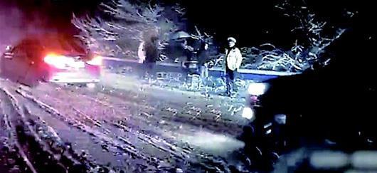 图为:民警将司机和乘客疏导到安全区域视频截图