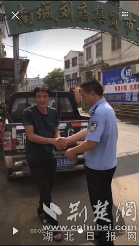 8月8日,安陆市南城派出所民警接到胡小新报警后赶到现场。(警方执法记录仪截图)