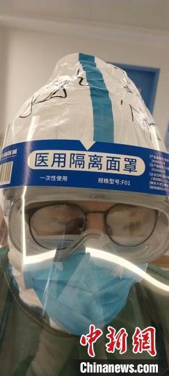 赵永彩在武汉病房内 受访者本人供图