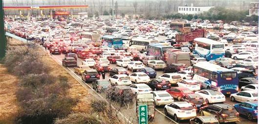 图为:8日的武荆高速汉川服务区