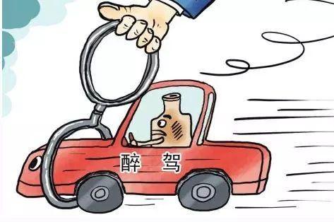 湖北黄石:醉驾男子遇查想逃 开车冲上铁轨被卡