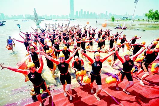 62年前武汉首次举办横渡长江竞赛 2000人参与历时2天