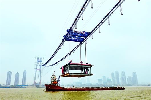 """杨泗港长江大桥桥面主体开始施工 千吨钢梁""""吊威亚"""""""