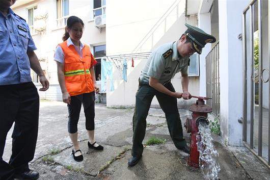 图为:防火监督员在武钢阳光养老院检查消防栓