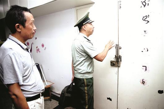 图为:江岸区三阳社区养老院,逃生门方向装反了