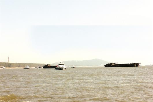 武汉集中遣返73艘非法采砂船 长期在武汉非法采砂